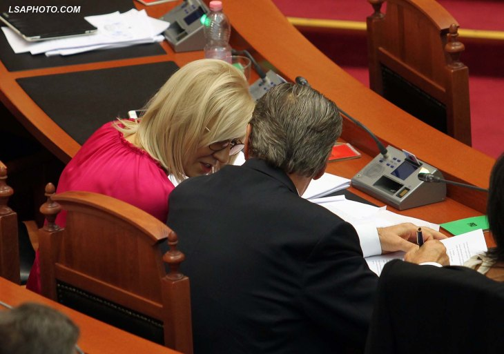 Ish-kryeministri-Sali-Berisha-dhe-Ministrja-e-Arsimit-Lindita-Nikolla-gjate-nje-seance-parlamentare1.jpg